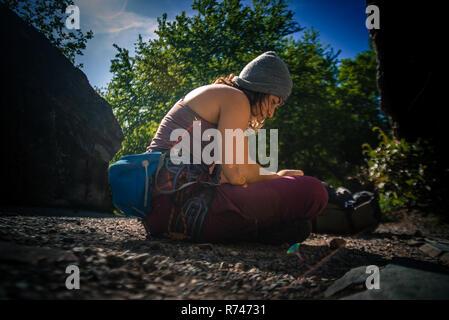 Las hembras jóvenes de escalador preparando para escalar, humo Bluffs, Squamish, British Columbia, Canadá Imagen De Stock
