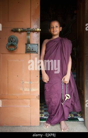 Monje budista con clave de templo cerca de UNAWATUNA Imagen De Stock