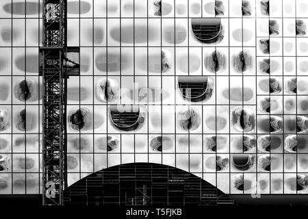 La fachada moderna y la construcción de la Orquesta Filarmónica del Elba en Hamburgo. Imagen De Stock