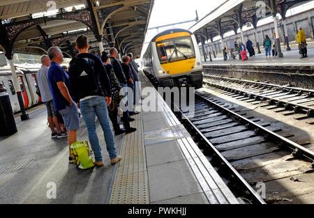 Los pasajeros en la plataforma de la estación, Thorpe, Norwich, Norfolk, Inglaterra Imagen De Stock