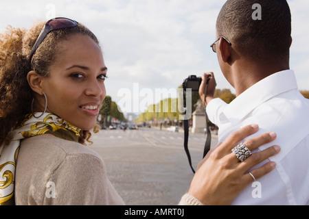 Pareja africana tomando la fotografía Imagen De Stock