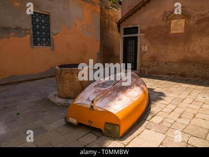 Barco de madera en una plaza de la ciudad, la región del Veneto, Venecia, Italia Imagen De Stock