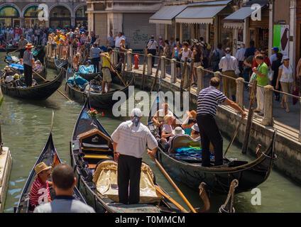 Las góndolas en un canal, la región del Veneto, Venecia, Italia Imagen De Stock