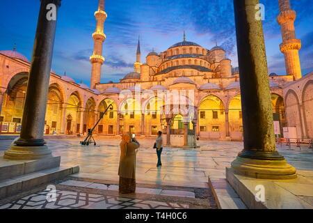 La Mezquita Azul, la Mezquita del Sultan Ahmed, Sitio del Patrimonio Mundial de la UNESCO, Estambul, Turquía Imagen De Stock