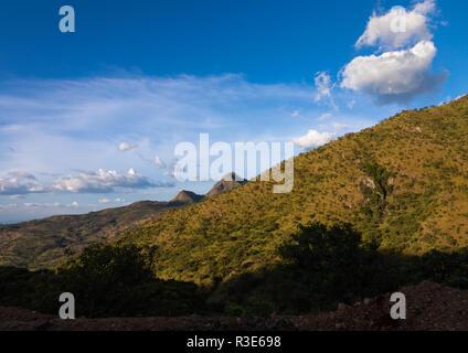 Soleado paisaje montañoso, valle de Omo Kibish, Etiopía Imagen De Stock