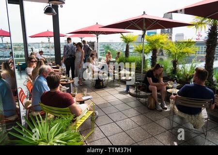 Opinión de los clientes en la azotea Monkey Bar a la moda 25hours Hotel en Berlín, Alemania Imagen De Stock