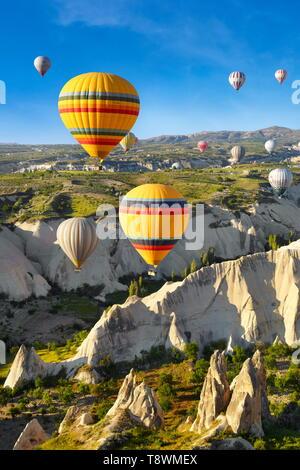 Capadocia - Turquía, vista desde el globo en torno a Nevsehir sobrevolando Capadocia en globo aerostático, la UNESCO Imagen De Stock