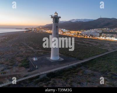 El faro de Morro Jable en la playa, Fuerteventura. Imagen De Stock