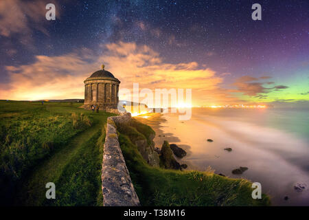 Templo Musedden en la noche bajo la Vía Láctea y Aurora. Imagen De Stock