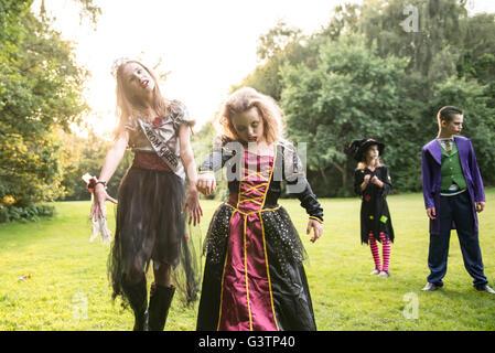 Dos niños vestidos de traje para la noche de Halloween. Imagen De Stock