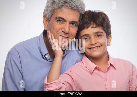 Retrato de abuelo y nieto sentados juntos Imagen De Stock