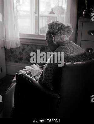 1960 ANONYMOUS ANCIANA SENTADA EN SILLA DE VENTANA soleada leyendo una carta manuscrita - s8784 HAR001 HARS HOME ESPACIO DE COPIA DE VIDA amistad longitud media estimadas personas inspiración CUIDAR ADULTO MAYOR SERENIDAD B&W tristeza altos sueños mujer OLDSTERS ÁNGULO ALTO DODO ENVEJECIMIENTO poderosa sensación de visión trasera Mantón de humor ancianos eternos olvidados CONCEPTUAL Nursing Home conexión anónima manuscrita recordada ASSISTED LIVING VISTA POSTERIOR ANCIANA EMOCIÓN EMOCIONES EMOCIONAL FRÁGIL LONGEVIDAD EN BLANCO Y NEGRO la etnia CAUCÁSICA HAR001 ANTICUADO Imagen De Stock