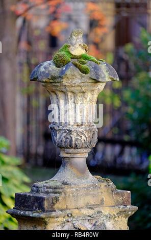 Viejas piedras decorativas de la urna en el cementerio urbano, Cambridge, Inglaterra. Imagen De Stock