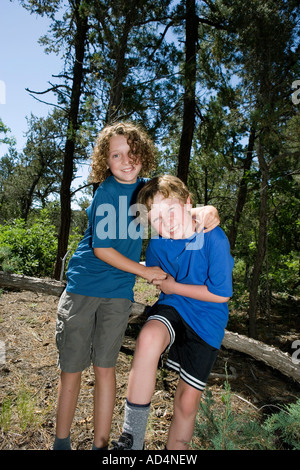 Dos chicos jugar combates en un bosque Imagen De Stock
