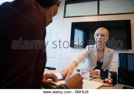 La empresaria discutiendo el papeleo en la oficina Imagen De Stock