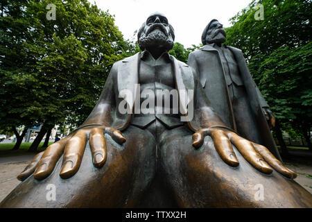Estatua de Karl Marx y Engels en Alexanderplatz en Mitte, Berlin, Alemania Imagen De Stock