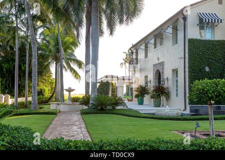 Jardín lateral y espacio exterior en casa de lujo, Naples, Florida, EE.UU. Imagen De Stock