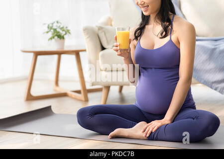 Alegre mujer embarazada beber jugo Imagen De Stock
