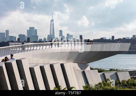 El Mirador en Hunters Point South Park. El centro de Manhattan y One World Trade Center, en el fondo. Hunters Point South Park, Nueva York, Estados Imagen De Stock