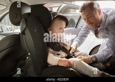 El padre del hijo de fijación (18-23 meses) cinturón de seguridad Imagen De Stock
