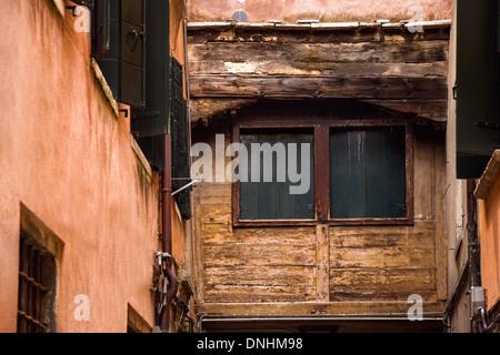 Ángulo de visión baja de un antiguo edificio, Venecia, Véneto, Italia Imagen De Stock