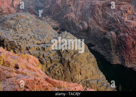 SSK - 1080 montañas rocosas con un río que fluye en cascadas Raneh Ken Khajuraho, Madhya Pradesh, India Asia el 18 de diciembre de 2014 Imagen De Stock