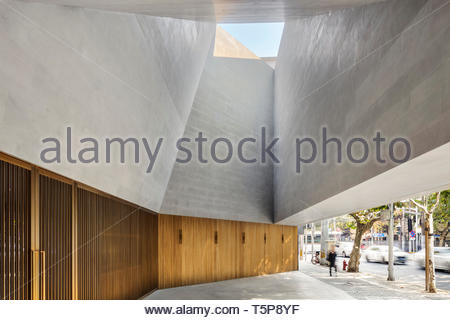El atrio exterior. Nuevo Teatro de Shanghai, Shanghai, China. Arquitecto: Neri & Hu, 2017. Imagen De Stock