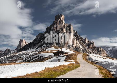 Pista de tierra en las montañas cubiertas de nieve, Dolomitas, Italia Imagen De Stock