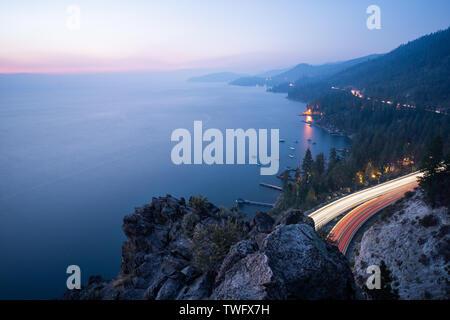 Autopista a lo largo del Lake Tahoe al anochecer, Cueva de rock, Nevada, Estados Unidos Imagen De Stock