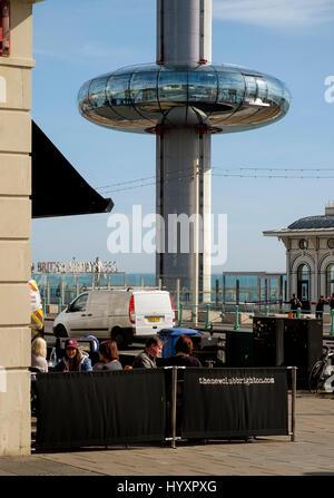 30 de marzo de 2017: El pod de la British Airways i360 torre de observación asciende desde la promenade nivel Imagen De Stock