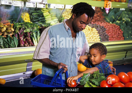 Padre e hijo elegir producir en tienda de ultramarinos © Myrleen Pearson ...Cate Ferguson Imagen De Stock