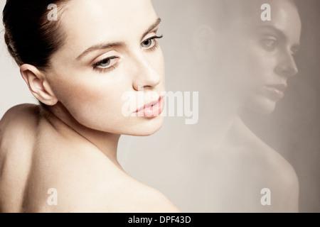 Modelo de pie contra la pared reflectante Imagen De Stock