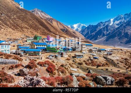 Kyanjin village en Langtang valle, Nepal, rodeado por el Tsergo Ri y Yala Peak Mountains Imagen De Stock