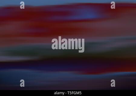 Un borroso y abstracto cielo con nubes de colores diferentes. Imagen De Stock