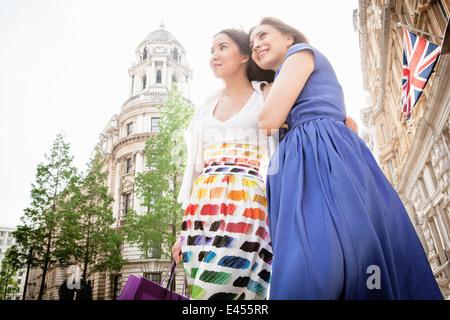 Dos jóvenes mujeres de pie London street. Imagen De Stock
