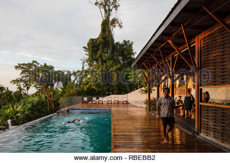 Solarium con piscina y los huéspedes. Jalakara Villa Hotel, Islas Andamán y Nicoar, India. Arquitecto: Ajith Andagere, 2016. Imagen De Stock