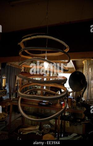 Lámpara de Araña hecha de neumáticos de bicicletas vintage. Imagen De Stock