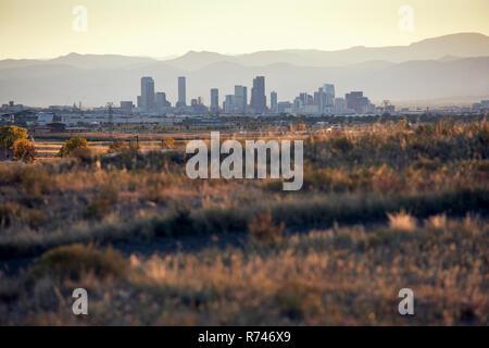 Paisaje, horizonte de rascacielos en el fondo, de Denver, Colorado, EE.UU. Imagen De Stock