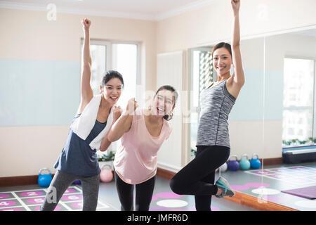 Las mujeres jóvenes alegres en el gimnasio Imagen De Stock