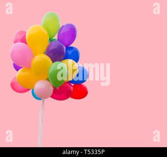 Montón de globos aislado sobre un fondo de color rosa Imagen De Stock