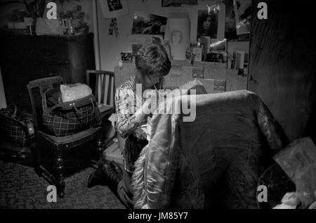 1970 estudiante viviendo en cama barata sitter bedsitter plana de Londres. HOMER SYKES Imagen De Stock