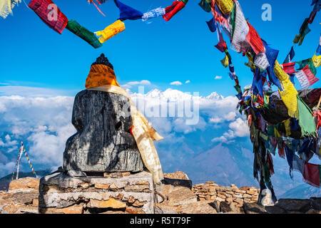 Scenic situatated estatua de Buda, decoradas y rodeadas de banderas de oración. Imagen De Stock