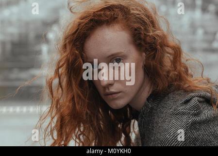 Retrato de mujer caucásica graves con pelo rojo Imagen De Stock