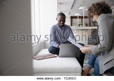 Los empresarios reunidos en Office Imagen De Stock
