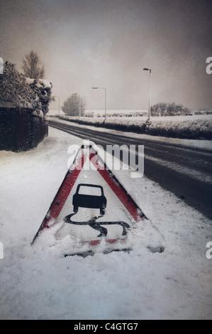 Señal de carretera en la nieve. Imagen De Stock