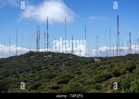 Transmisor de muchos de los mástiles de las crestas de las montañas, cerca del Volcán Irazu, provincia de Cartago, Costa Rica Imagen De Stock