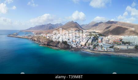 El encantador pueblo pesquero de Morro Jable se ha convertido en uno de los mayores centros turísticos en Fuerteventura, preciosa y está situada en la península de Jandía Imagen De Stock