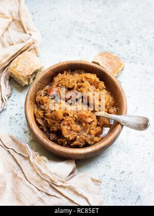 Tazón de Sopa de col en madera Imagen De Stock