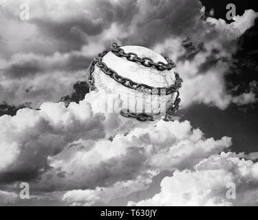 1930 ilustración simbólica de la tierra envuelta en cadenas rodeado por nubes - s4287 HAR001 HARS Representación Imagen De Stock