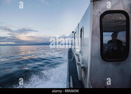 Capitán de barco de conducción tranquilo río, Campbell River, British Columbia, Canadá Imagen De Stock